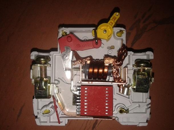 внутреннее устройство автоматического выключателя